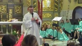 MVI 4737 Sieradzka Fara Ksiadz pyta dzieci odnosnie dzisiejszego kazania