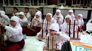 tim musik etnik SD Muhammadiyah 15 Surabaya