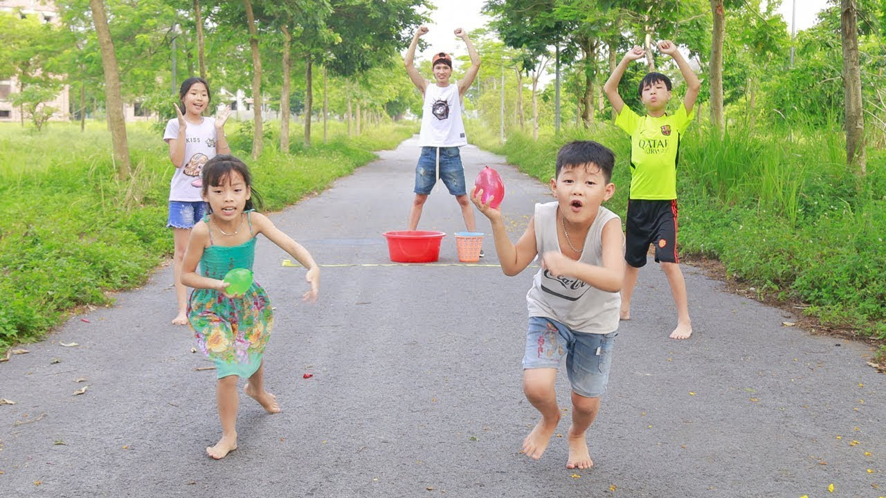 Kids Go To School Play Relay Race Move Water Balloons Team Building