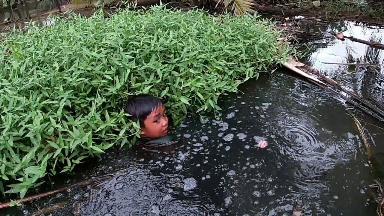 Sampai Kecebur Gegara Mancing Belut Saat Banjir Rob || Bocah Ngapak Gokil