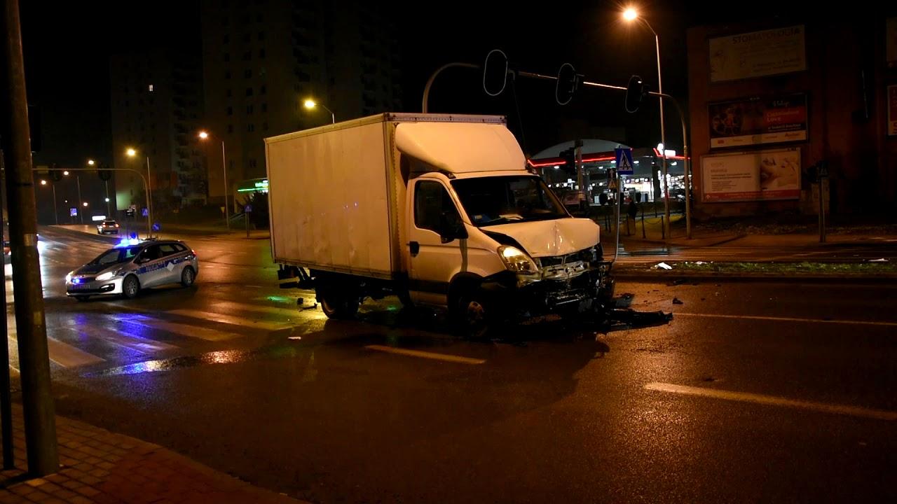 Poważny wypadek w Zielonej Górze. Zderzyły się dwa auta. Rannego wycinali strażacy