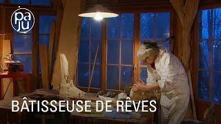 Download lagu Dans son chalet féerique, Christine, sculptrice, a créé un monde à part