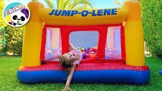 Erika llena su piscina de bolas de colores   Playing Park Inflatable Ball Colors   Toys and Erika