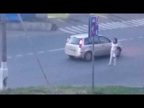 пьяная девушка на улицу вышла голая - 4