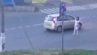 Пьяная женщина раздевается на улице(Бросается под машины, пристает к людям, орет, неадекватная., 2016-06-19T19:06:53.000Z)