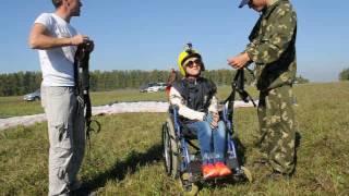 Девушка-инвалид совершает полет на параплане