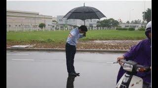 Ông TGĐ cây xăng Nhật Bản đội mưa hàng giờ để cúi chào khách