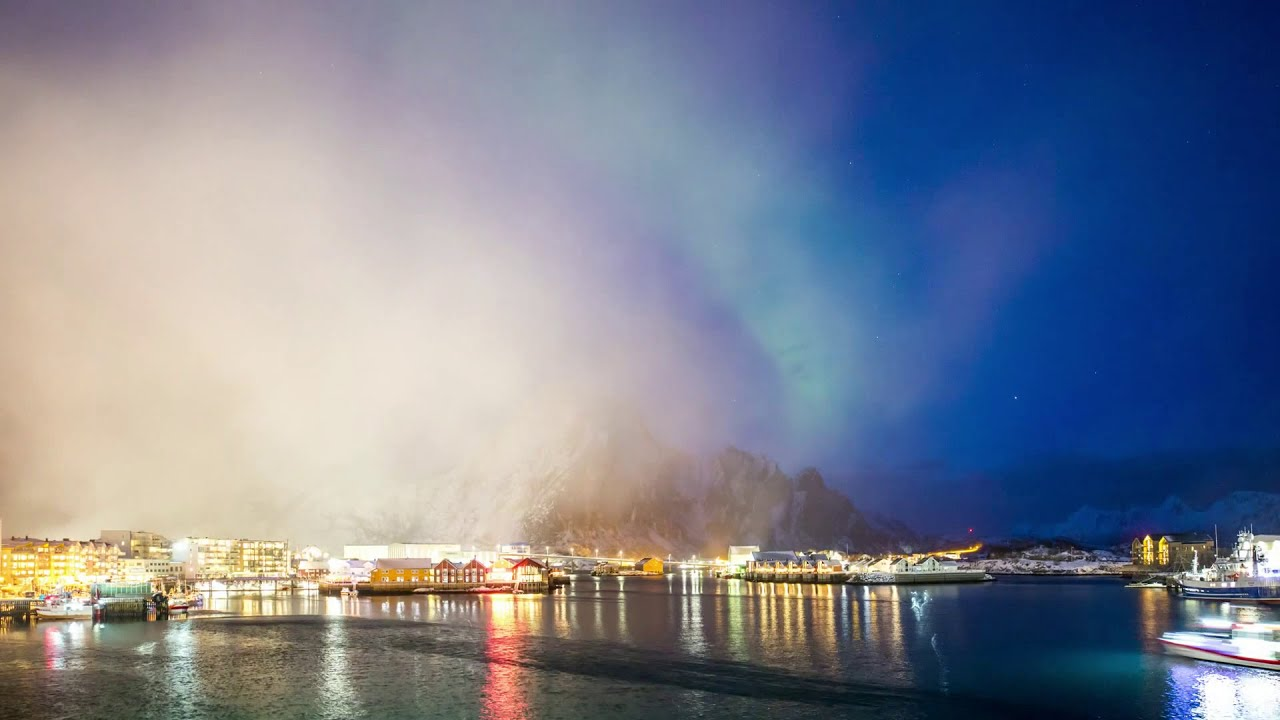 Norwegen: Time-Lapse Video vom Nordlicht im Hafen von Svolaer mit Schneefall