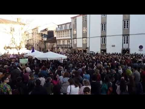 Centos de persoas participan en Compostela na protesta contra a sentenza a La Manada