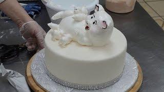 Украшение торта свинкой и поросятами из взбитых сливок.3D животные на торте