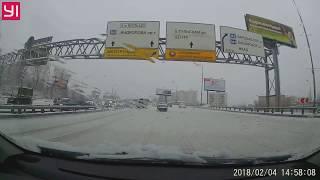 Смотреть видео Опасность снежной бровки после снегопада в Москве 4 февраля 2018. Авария на ТТК онлайн