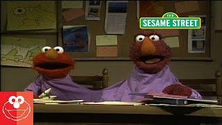 エルモとテリーは2つ頭のモンスターの学校を通い始めたよ。モンスターは...