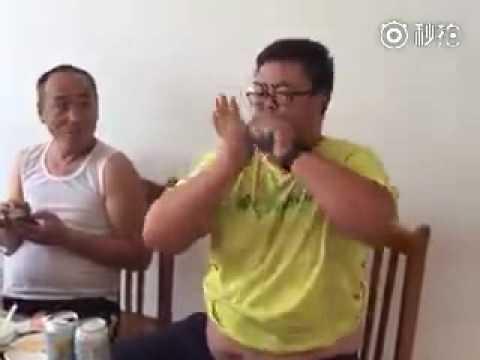 ペットボトルの水をありえないスピードで飲み干す中国の男性。