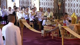 New Thai king leads prayers for late father