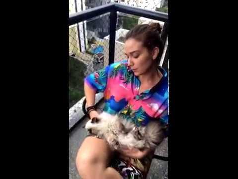Maria Pinna brincando com a gata Christie (03/01/2017)