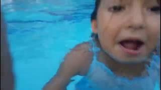 Büyük havuzda Havuz keyfi sualtı çekimi Eğlenceli çocuk videosu underwater