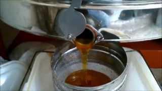 Откачка мёда на радиальной медогонке.(Откачка дадановских рамок на радиальной 24-рамочной медогонке автомат. Процесс занимает 18 минут.Как видно..., 2014-08-04T17:55:29.000Z)
