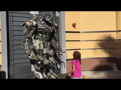 [HD] Hilarious Transformers Megatron harassing photo posers (UNIVERSAL STUDIOS - HOLLYWOOD)
