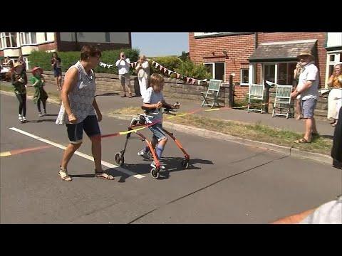 شاهد: طفل بريطاني من ذوي الاحتياجات الخاصة ينجح في إكمال سباق ماراثون خيري…  - 16:59-2020 / 6 / 1