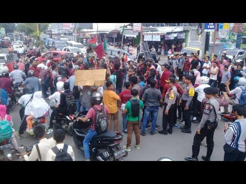 Demo Tolak Jokowi Di Lombok, Seorang Polisi Kena Hantam.
