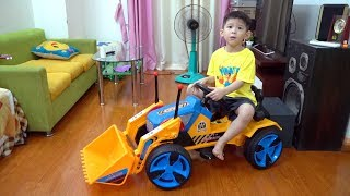 Assembling Tractor Excavator Power Wheels ride on for kids, children and babies - Xavi ABCKids