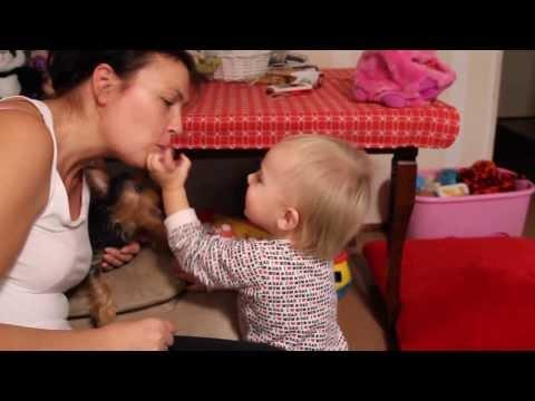 мама с ребенком играет/Mom playing with baby