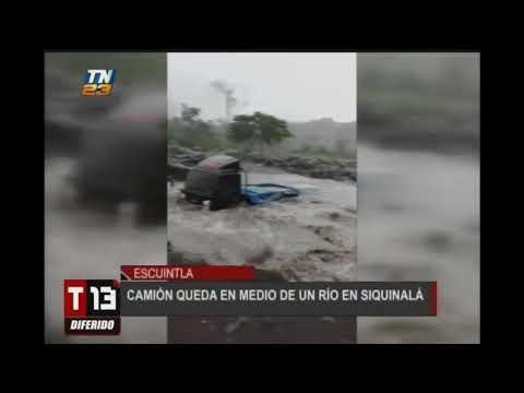 Camión se quedó en medio de un río en Siquinalá