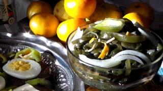 Салат из морской капусты с морепродуктами.