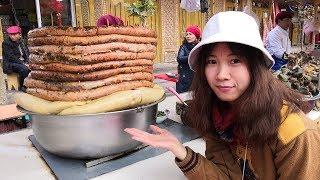 新疆喀什老城有一處夜市,每天晚上六點半開市,一個個攤位上擺滿了各種...