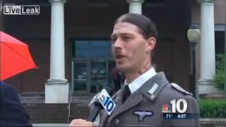 Il vient au tribunal habillé en nazi