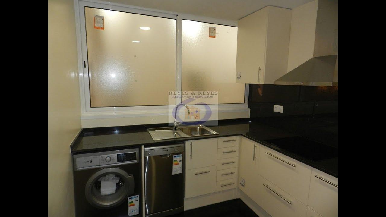 Reforma de cocina con puerta corredera en barcelona for Cocina y lavadero integrados
