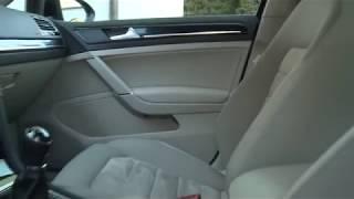 Čištění čalounění automobilu pomocí páry.