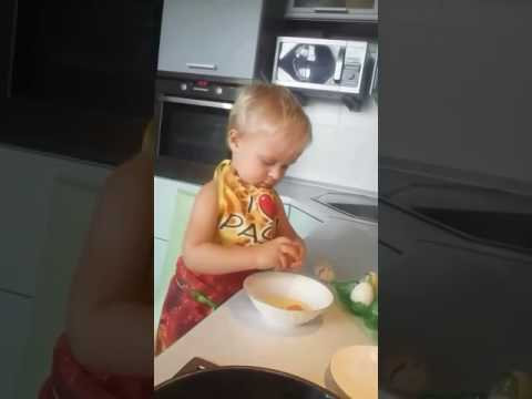 Самостоятельно готовит завтрак.