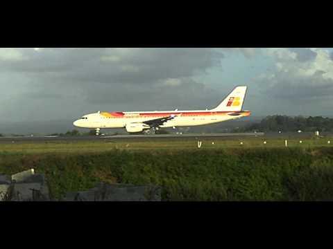 Airbus A320 Iberia acelerando para despegue en A Coruña Alvedro