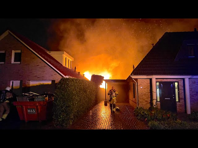 Felle uitslaande schuurbrand achter woning Oldenzaal