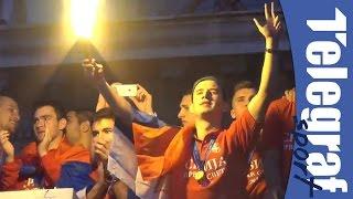 Vukašin Jovanović na dočeku ispred Skuptine pali baklju