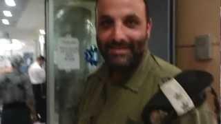 סגן אלוף שלום אייזנר בבית חולים לאחר השבר ביד