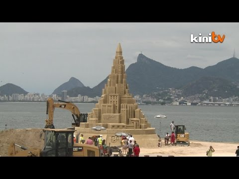 Artist tries for sandcastle world record in Brazil