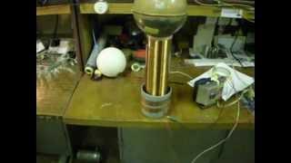 Новые опыты по беспроводной передаче энергии(Генератор 30 ватт потребляет от сети , на приемнике лампа накаливания 60 ватт) Расстояние почти метр , делайте..., 2012-04-03T05:35:45.000Z)