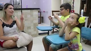 Brincando de escolinha 02 - com irmãos Victor e Valentina aluna exemplar