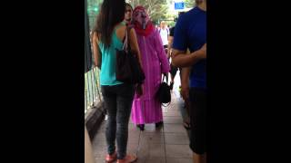 Malay woman fights & whacks husband in public