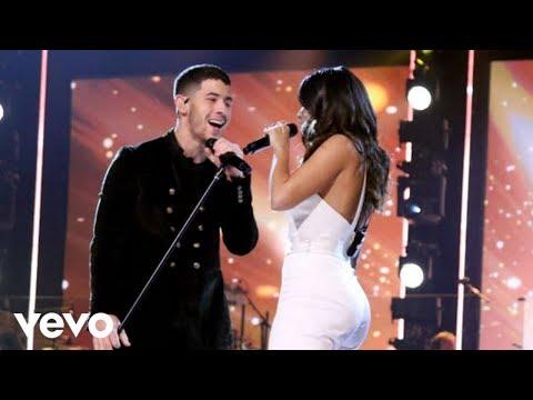 Anitta & Nick Jonas cantam Looking Of Paradise para Homenagear Alejandro Sanz