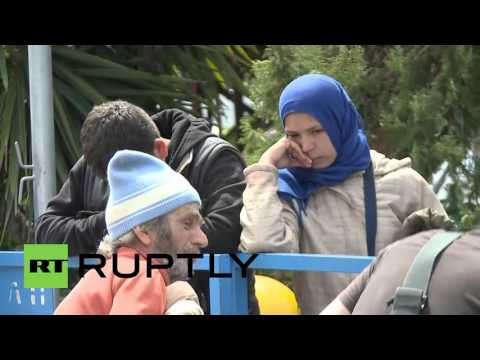 Greece: Refugees start to leave Piraeus port voluntarily