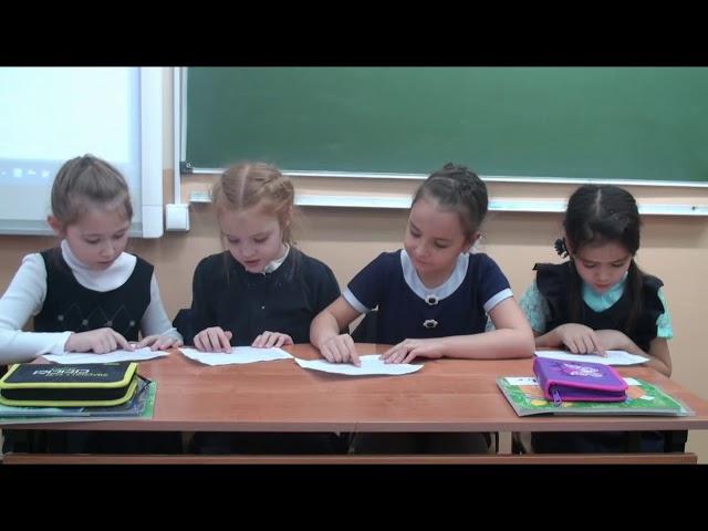 Изображение предпросмотра прочтения – «1 класса» читает произведение «Синие листья» В.А.Осеевой
