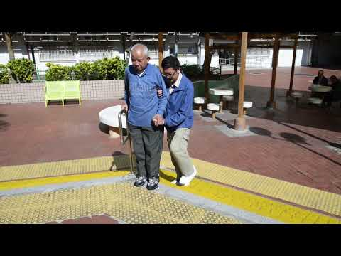 Bila menolong lansia berjalan naik temurun tangga dengan alat bantu tongkat