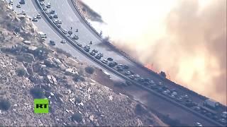 Infierno en la carretera: Captan impresionante incendio en una autopista de California