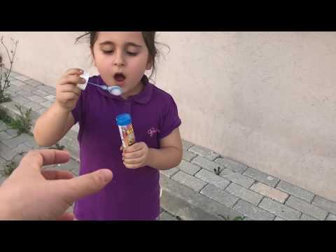 Aslı Yaren Baloncuk Makinesini Yere Attı.Anneye Vermedi. Eğlenceli Çocuk Videosu indir