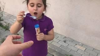 Aslı Yaren Baloncuk Makinesini Yere Attı.Anneye Vermedi. Eğlenceli Çocuk Videosu