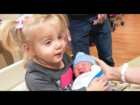 СМЕШНЫЕ ПРИКОЛЬНЫЕ МАЛЫШИ #5 Первая встреча братьев и сестер с новорожденным
