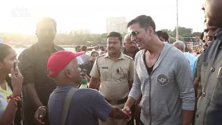 Akshay Kumar Shows Love & Respect For Old Man